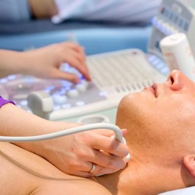 Увеличенная щитовидная железа: причины, симптомы и лечение