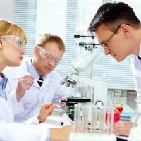 Ученый смотрит в микроском