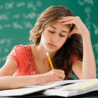 Девушка делает уроки